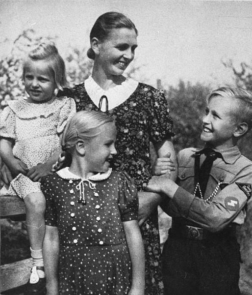 • Los beneficios para la salud de NO masturbarse... 514px-Bundesarchiv_Bild_146-1973-010-31_Mutter_mit_Kindern