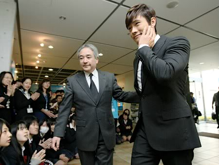 Lee Byung Hun en visite au Japon durant son Fan-Meeting 20111216u_20