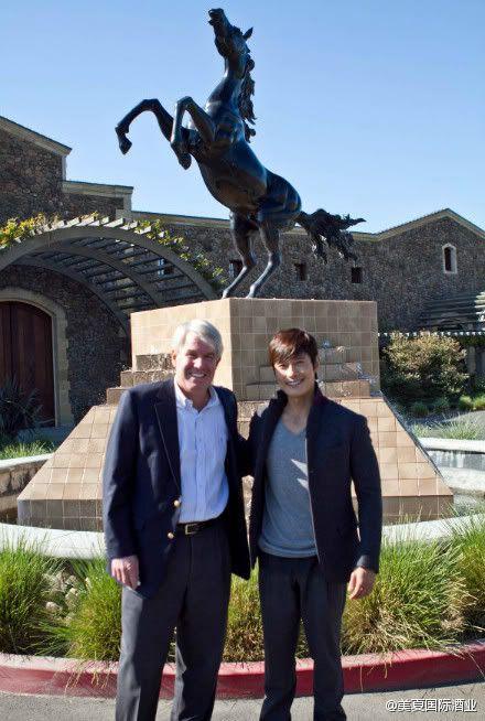 LBH pose au Black stalion Winery à Los Angeles. Np_2