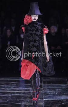 Mundo de la moda llora la muerte de Alexander McQueen . 2-10