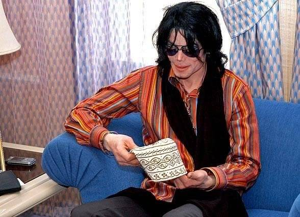 Pictures of MJ - Page 4 MichaelJacksonGift