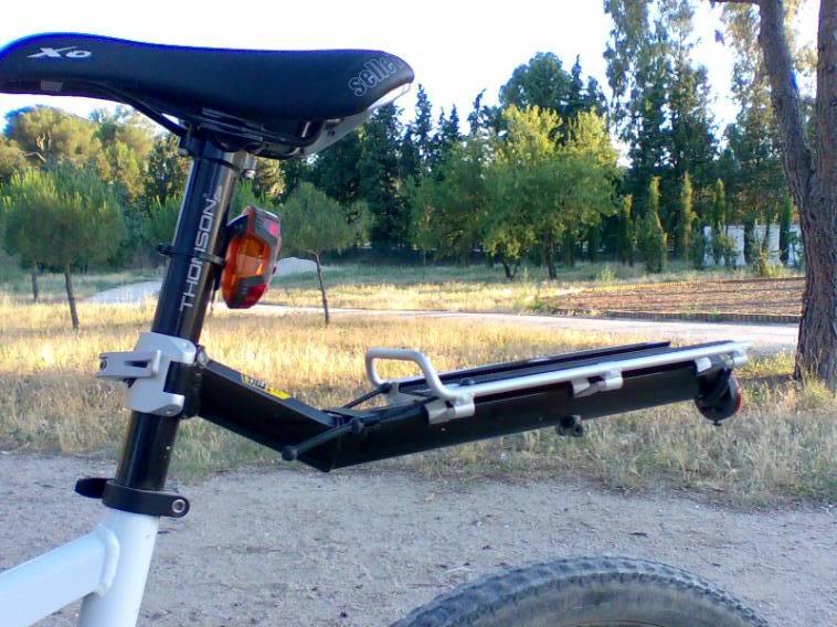 Se puede poner un portabaterías trasero en una bici de doble suspensión? Imagen046