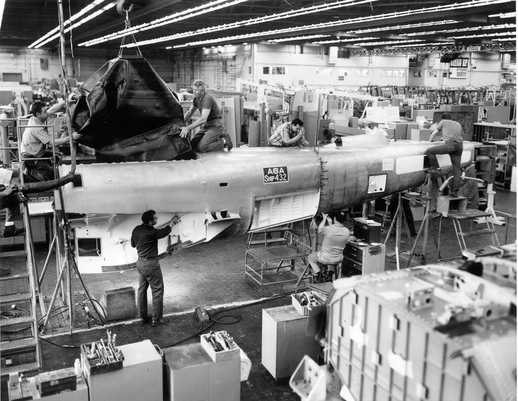 Grumman A-6 Intruder y EA-6B Prowler Grum164Plant2A6Afuelcellbeingplaced