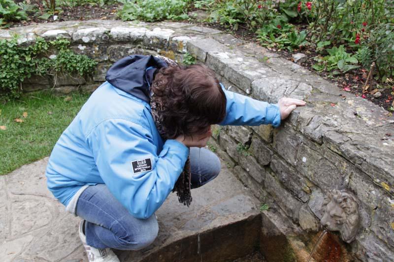 Glastonbury, The Chalice Well (heilige bron) 20101014ChaliceWellLionHeadAngeldrinkingwaterS