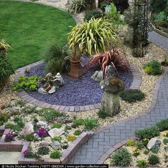 caminos en el jardin Formio_gramineas_euforbia