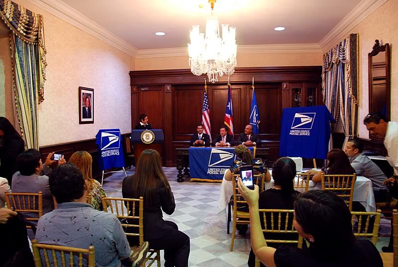 Ceremonia de primer dia de venta Sello de la bandera de Puerto Rico 20110811-04006