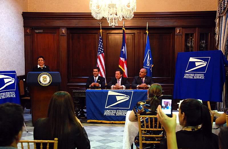 Ceremonia de primer dia de venta Sello de la bandera de Puerto Rico 20110811-04009