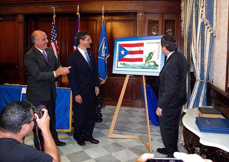 Ceremonia de primer dia de venta Sello de la bandera de Puerto Rico 20110811-04048