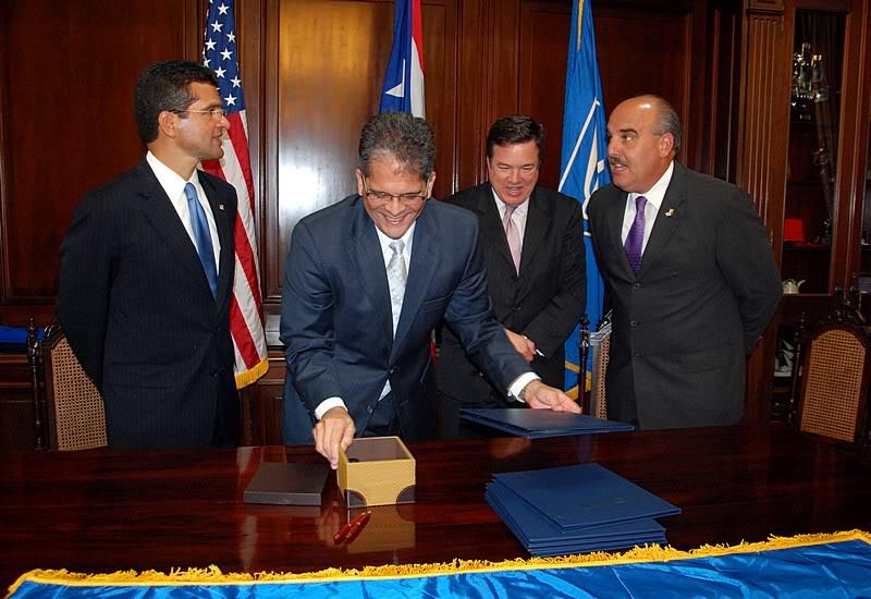 Ceremonia de primer dia de venta Sello de la bandera de Puerto Rico 20110811-04063