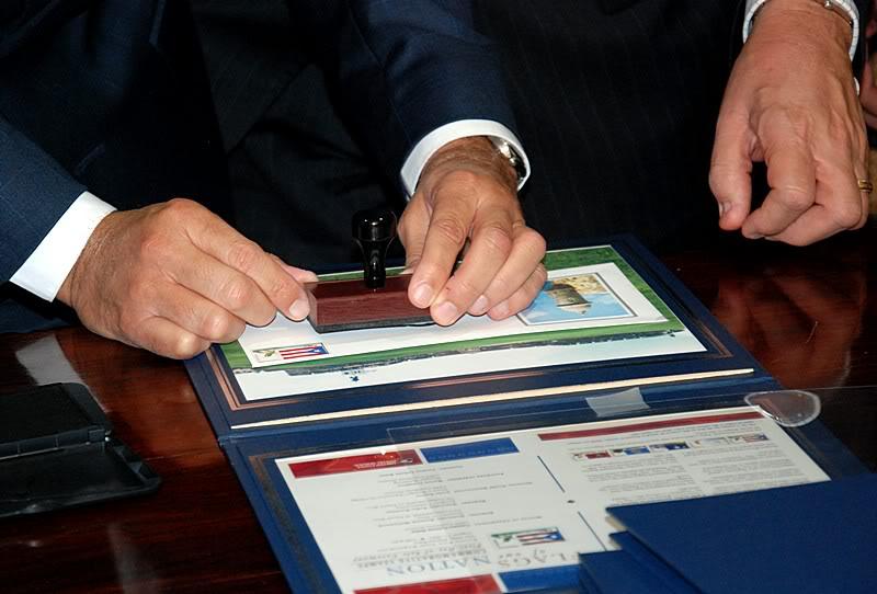Ceremonia de primer dia de venta Sello de la bandera de Puerto Rico 20110811-04069