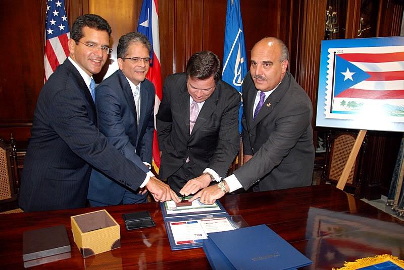 Ceremonia de primer dia de venta Sello de la bandera de Puerto Rico 20110811-04073