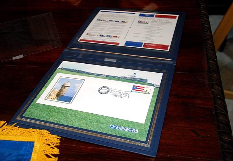 Ceremonia de primer dia de venta Sello de la bandera de Puerto Rico 20110811-04087
