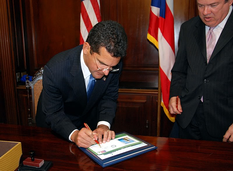 Ceremonia de primer dia de venta Sello de la bandera de Puerto Rico 20110811-04091