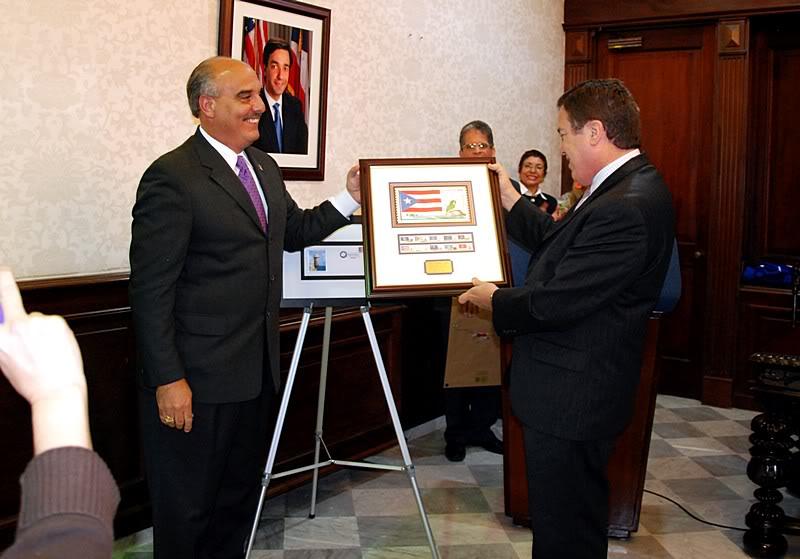Ceremonia de primer dia de venta Sello de la bandera de Puerto Rico 20110811-04107