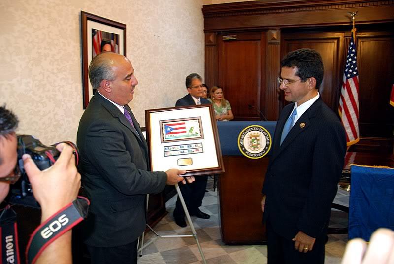 Ceremonia de primer dia de venta Sello de la bandera de Puerto Rico 20110811-04109