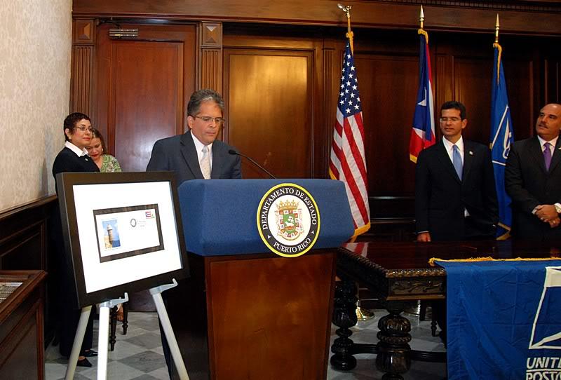 Ceremonia de primer dia de venta Sello de la bandera de Puerto Rico 20110811-04114