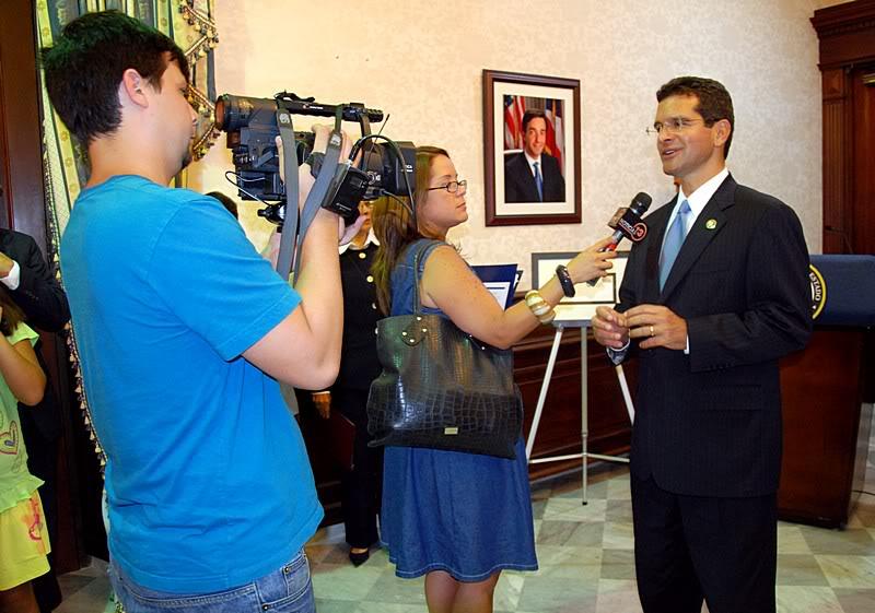 Ceremonia de primer dia de venta Sello de la bandera de Puerto Rico 20110811-04127