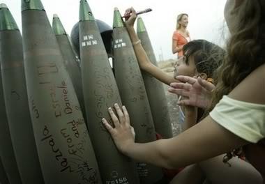شاهد هنا : طفلة اسرائيلية تكتب رسالة على صاروخ .. ChildAbuseAndHate