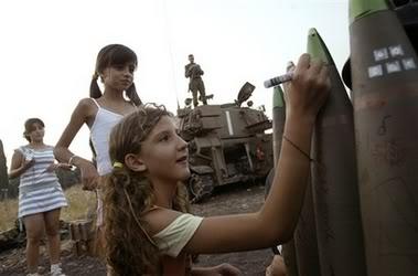 شاهد هنا : طفلة اسرائيلية تكتب رسالة على صاروخ .. ChildAbuseAndHate2