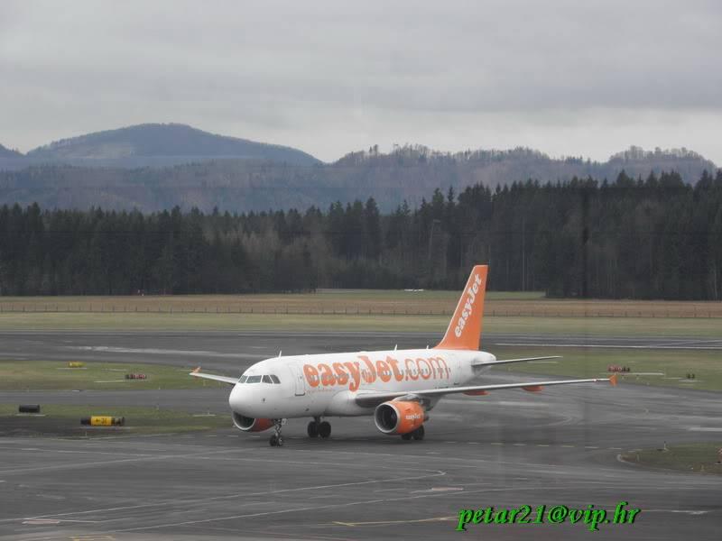 Zrakoplovi na letališču Brnik (Ljubljana) P3213218