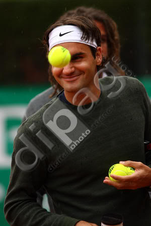 Roger divertido - Página 2 Switzerlands-Roger-Federer-plays-00