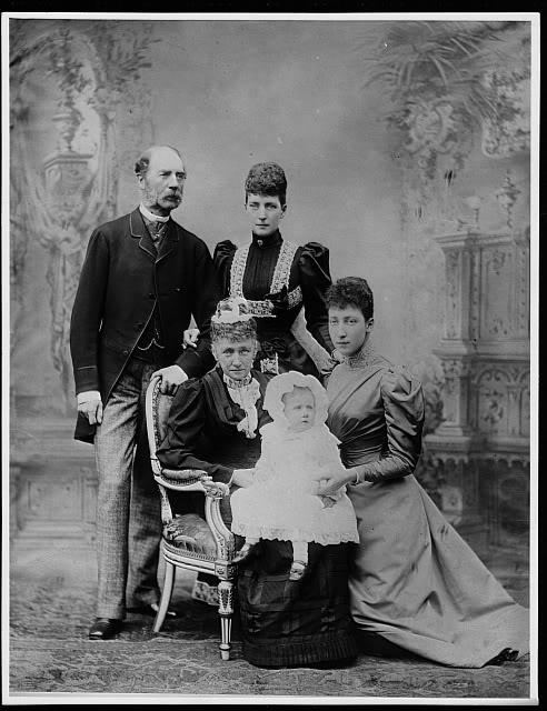Alejandra y Eduardo VII - Página 2 AlexandrawithparentsLouiseandAlexan