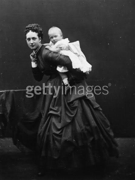 Alejandra y Eduardo VII Alixen1867llevandoacaballitoaLouise