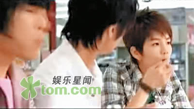 Ella eats the rice of Wu Chun's mouth corner; cute couple 1208483957246_32194