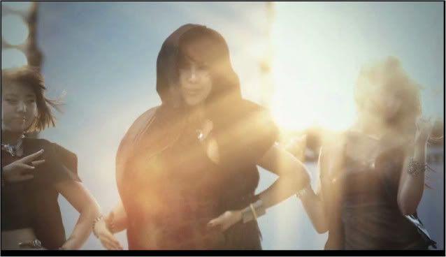 """[CAPS] [19.05.10] Một số hình ảnh từ MV """"HuH"""" LT011032145_35900_24308"""