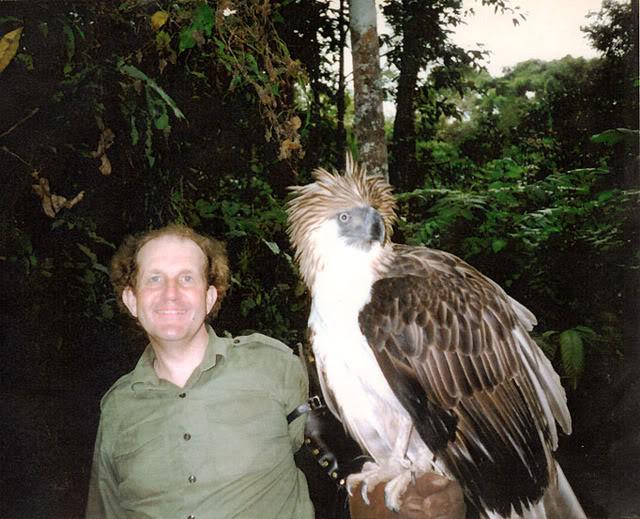 Comparação do tamanho de águias  com relação ao homem. Philippineeagle