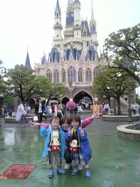 Megumi Kudo & Kaoru Nakayama at Disneyland 1-1000