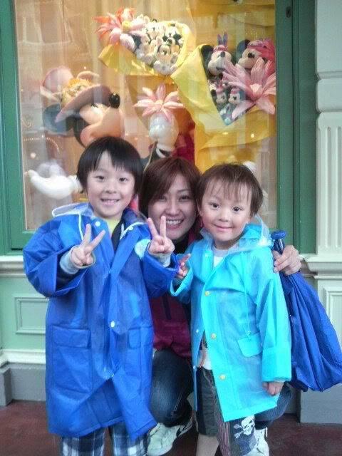 Megumi Kudo & Kaoru Nakayama at Disneyland 2-172