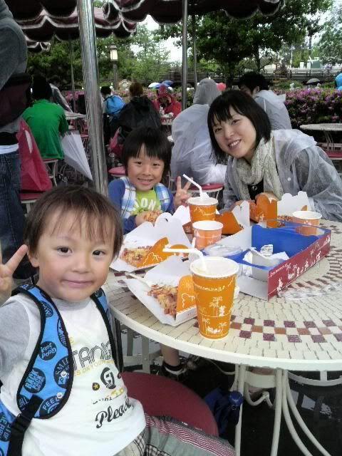 Megumi Kudo & Kaoru Nakayama at Disneyland 3-145