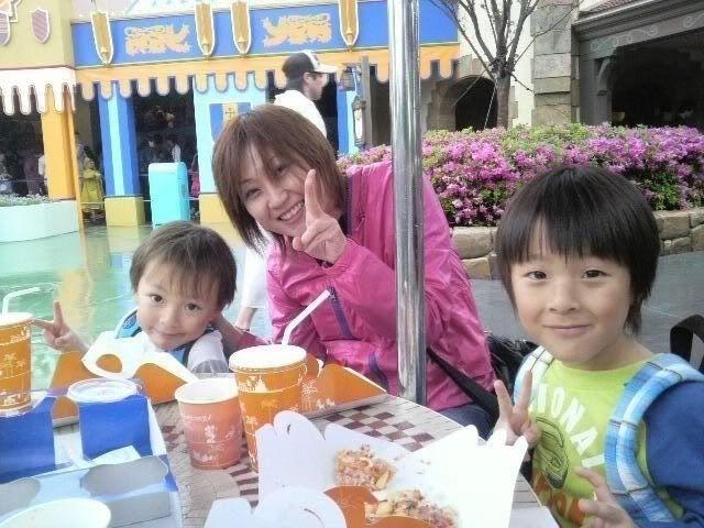 Megumi Kudo & Kaoru Nakayama at Disneyland 4-121