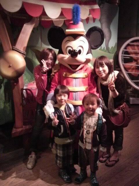 Megumi Kudo & Kaoru Nakayama at Disneyland 5-93
