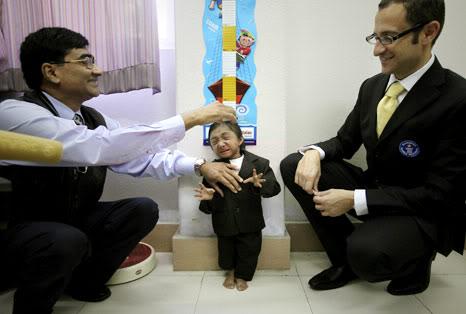 Thapa: el nuevo hombre más pequeño del mundo   Nepal101014