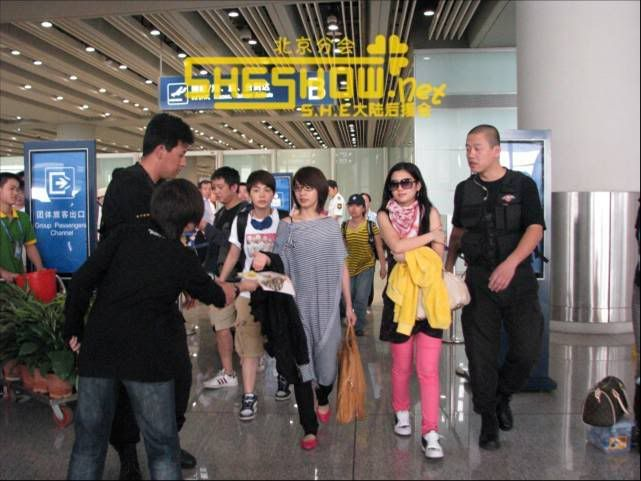 S.H.E @ Beijing Airport 06-05-08 Picture10