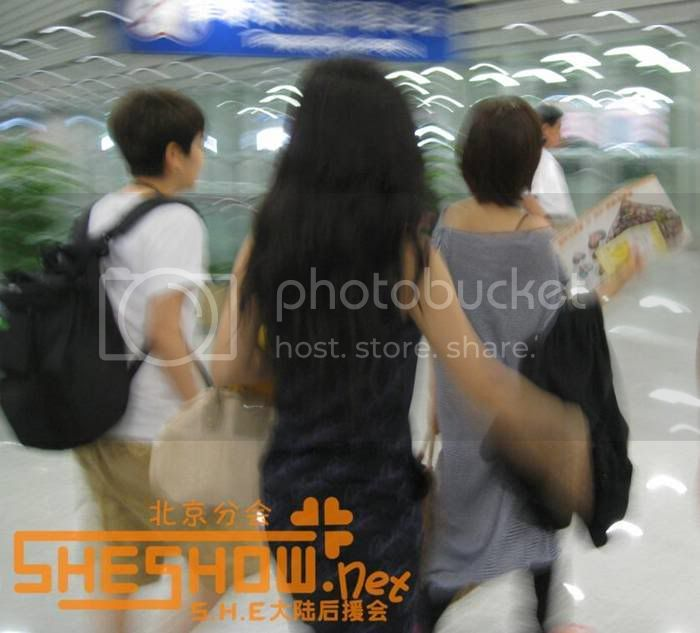 S.H.E @ Beijing Airport 06-05-08 Picture17