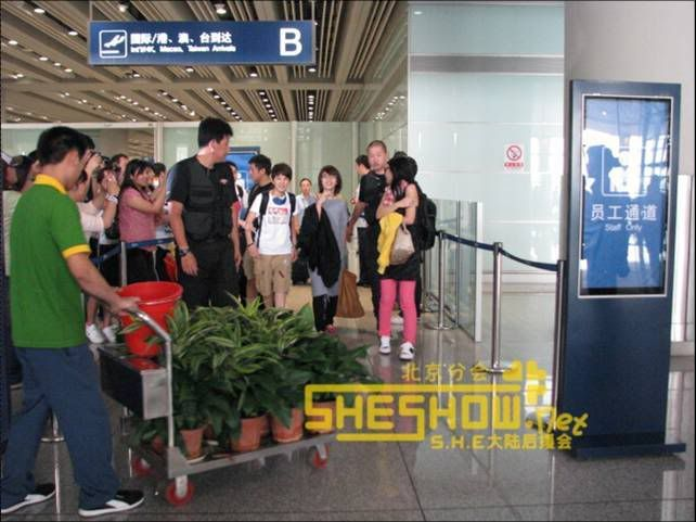 S.H.E @ Beijing Airport 06-05-08 Picture7