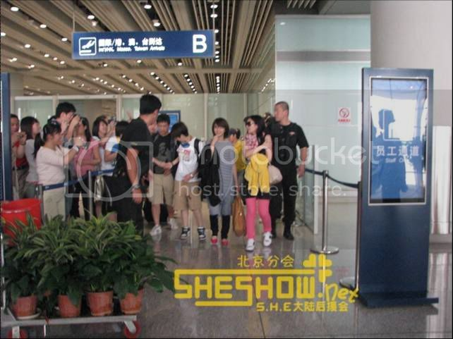 S.H.E @ Beijing Airport 06-05-08 Picture8