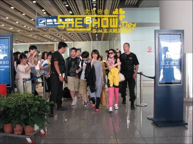 S.H.E @ Beijing Airport 06-05-08 Picture9