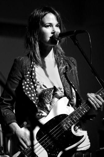 Leisha Hailey (Alice Pieszecki) - Page 2 Leisha_Hailey_Bass