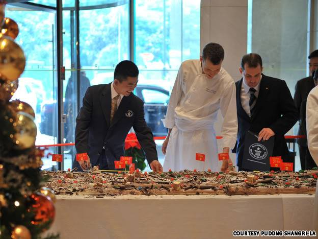[News] Chiếc bánh khúc cây dài nhất thế giới _measure-the-cakece_liang_dan_gao_