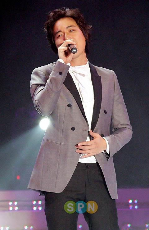 LeeJeeHoon sang in Seoul Hallyu Festival 24/10/08 PP08102400074