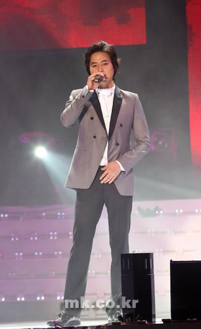 LeeJeeHoon sang in Seoul Hallyu Festival 24/10/08 Image_readtop_2008_651799_122485127