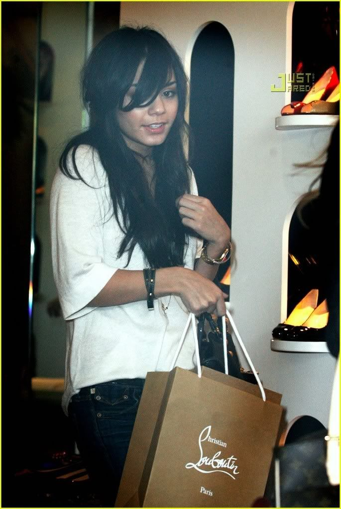 ~*Slike iz SHOPINGA!!!*~ - Page 2 Vanessa-hudgens-ashley-tisdale-m-36