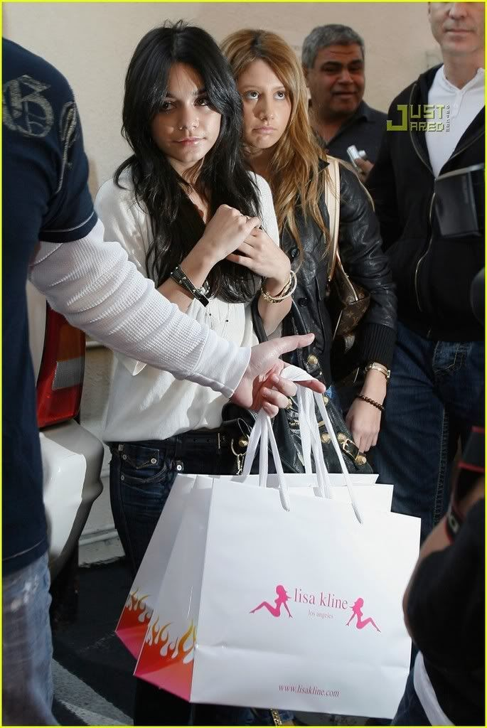 ~*Slike iz SHOPINGA!!!*~ - Page 2 Vanessa-hudgens-ashley-tisdale-m-41