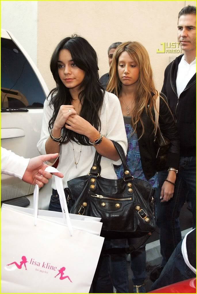 ~*Slike iz SHOPINGA!!!*~ - Page 2 Vanessa-hudgens-ashley-tisdale-m-42