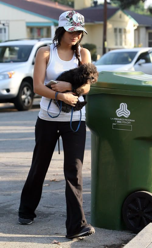 Vanessa i njen pas Shadow Vanessa-hudgens-hollywood-115-4