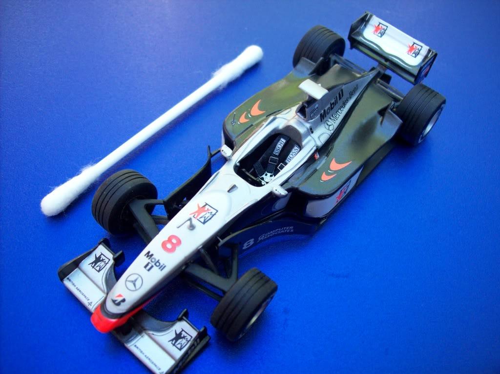 Extrayendo pilotos de réplicas F1 escala 1/43 Mika027